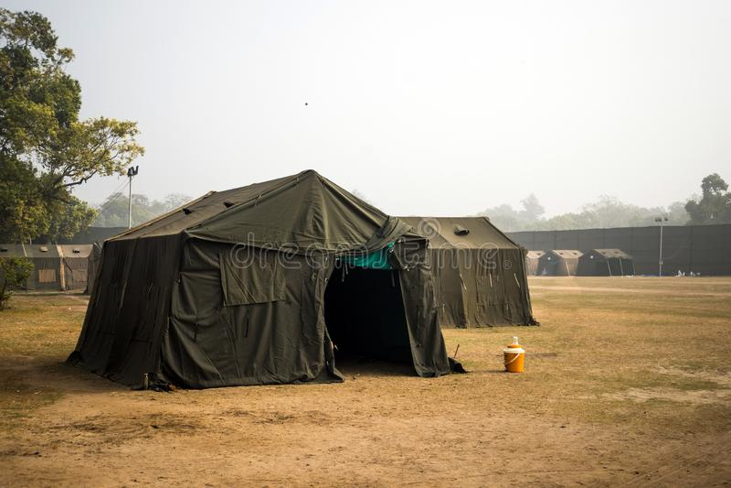 Tente militaire dans le domaine grande ville de tente camp de champ en nature base militaire avec les casernes provisoires exerci photographie stock libre de droits