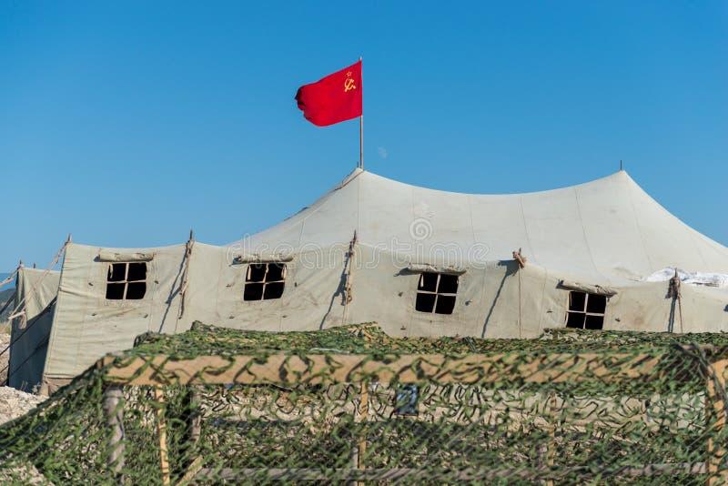 Tente militaire très grande dans le domaine photographie stock libre de droits