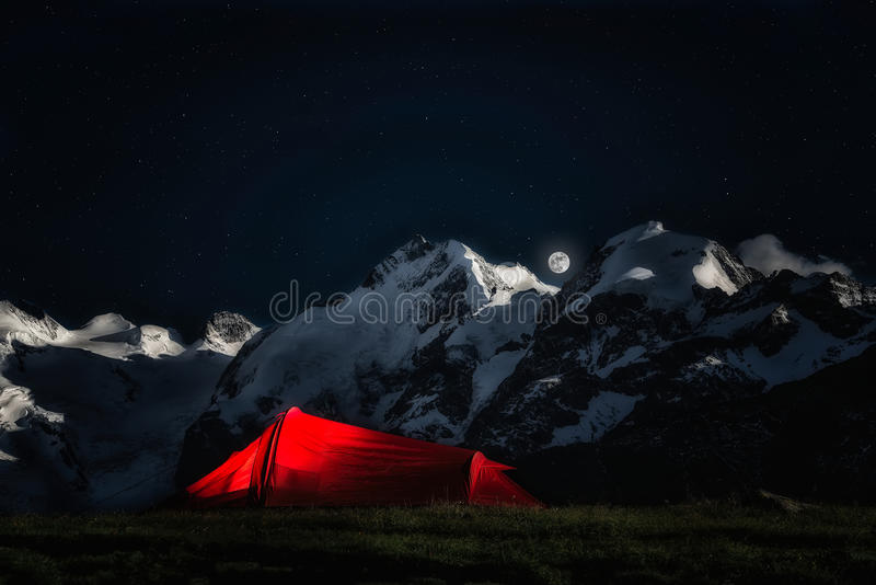Tente pour les grimpeurs aventureux sur les montagnes de fond de l'IC image stock