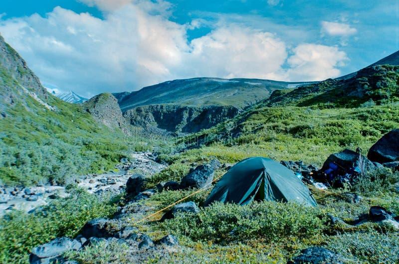 Tente près d'une rivière dans le Wrangell-St Elias Park images stock