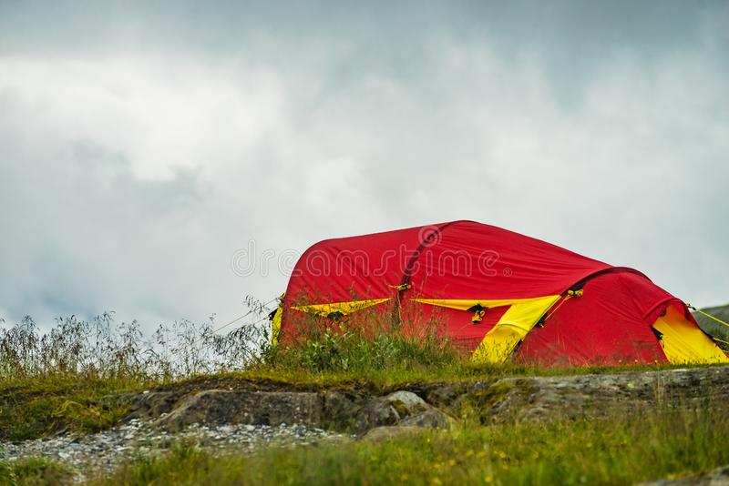 Tente rouge sur la nature camper photos stock