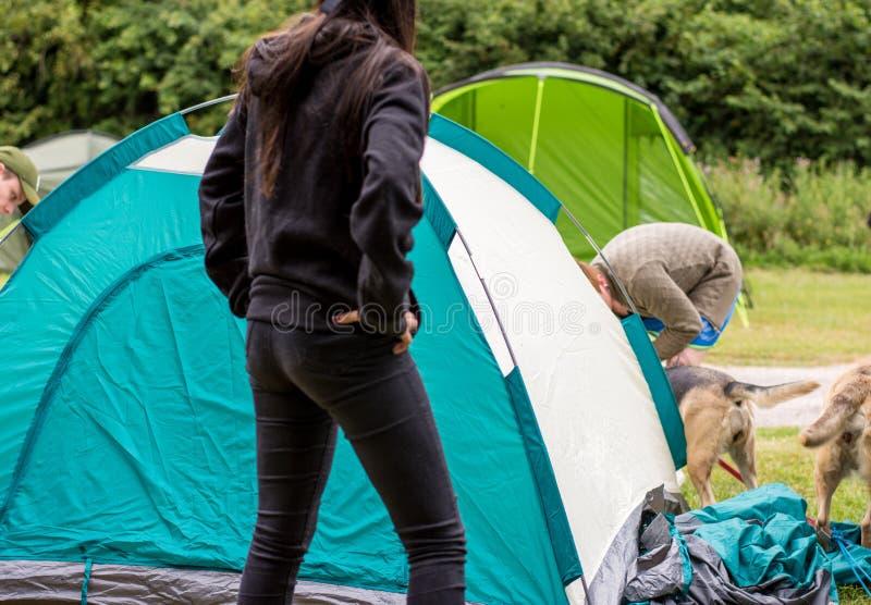 Tente se réunissante de dôme de jeunes couples photo libre de droits