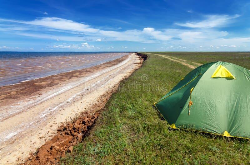 Tente touristique en steppe de l'Astrakan sous le beau ciel Panorama de nature près de lac de sel Baskunchak photographie stock libre de droits