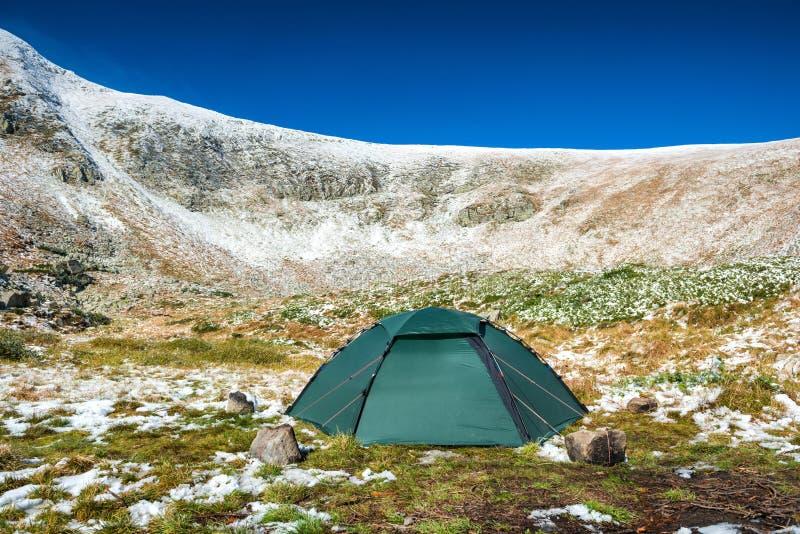 Tente verte en montagnes de neige photo stock