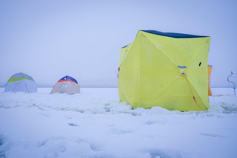 Tenten bij de winter de visserij royalty-vrije stock fotografie
