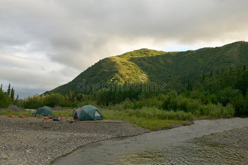 Tenten en kampeerterrein op verre rivierbank Van Alaska stock foto's