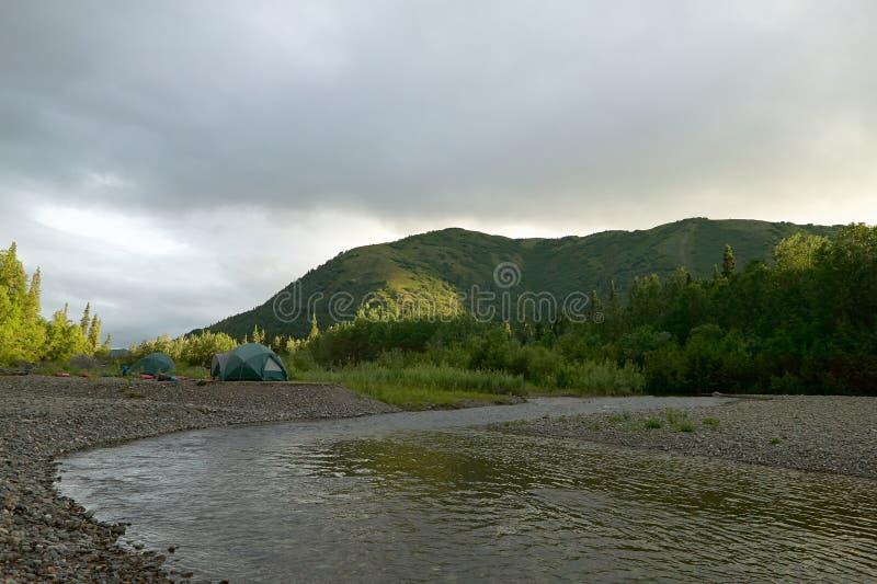 Tenten en kampeerterrein op wilde rivierbank Van Alaska stock foto's