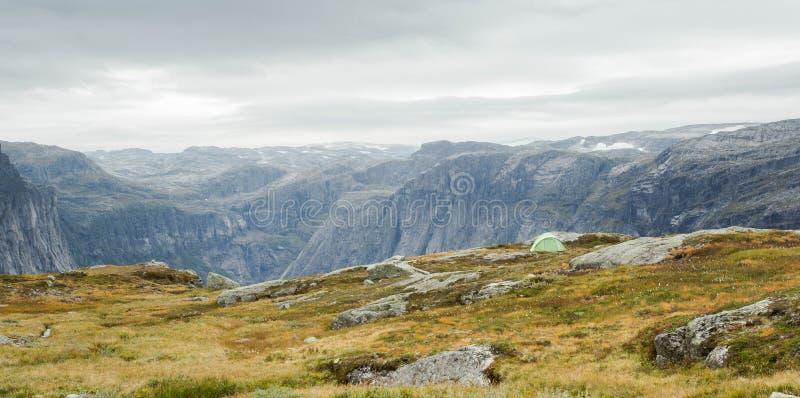 Tenten op de berg in de ochtend, ruwe landschaps dramatische hemel royalty-vrije stock afbeeldingen