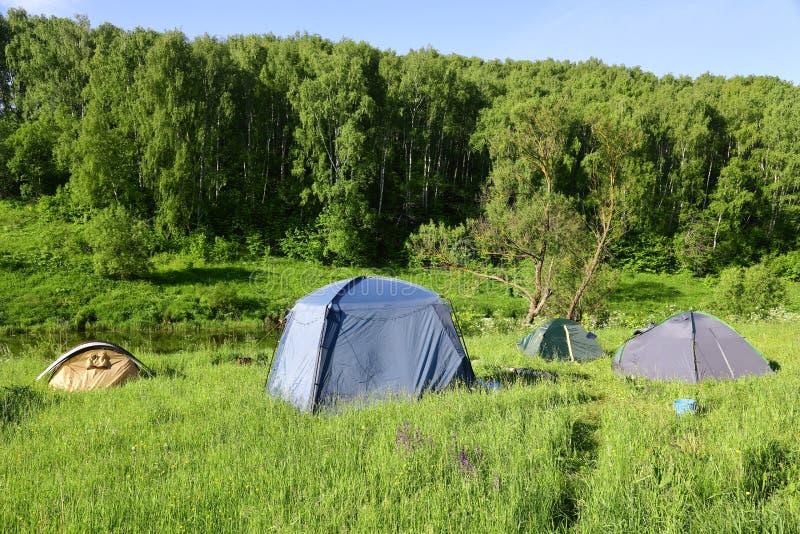Tenten op de rivierbank op een Zonnige ochtend royalty-vrije stock foto's