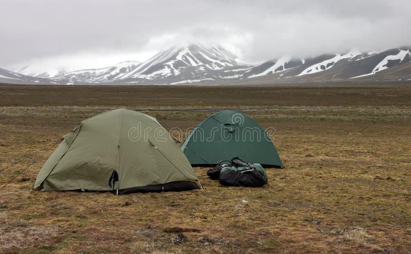 Tentes dans la toundra dans l'archipel de Svalbard image stock
