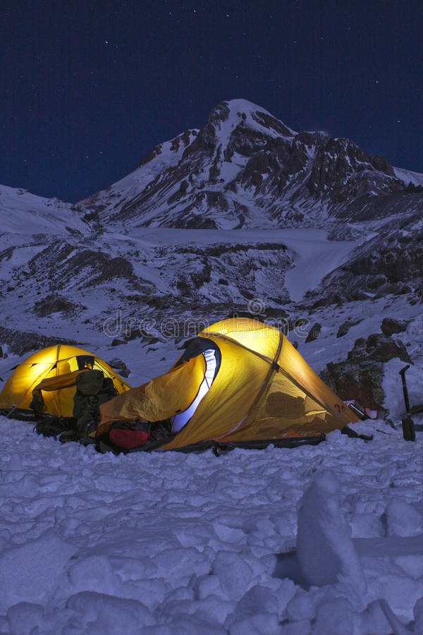 Tentes dans les montagnes la nuit photographie stock