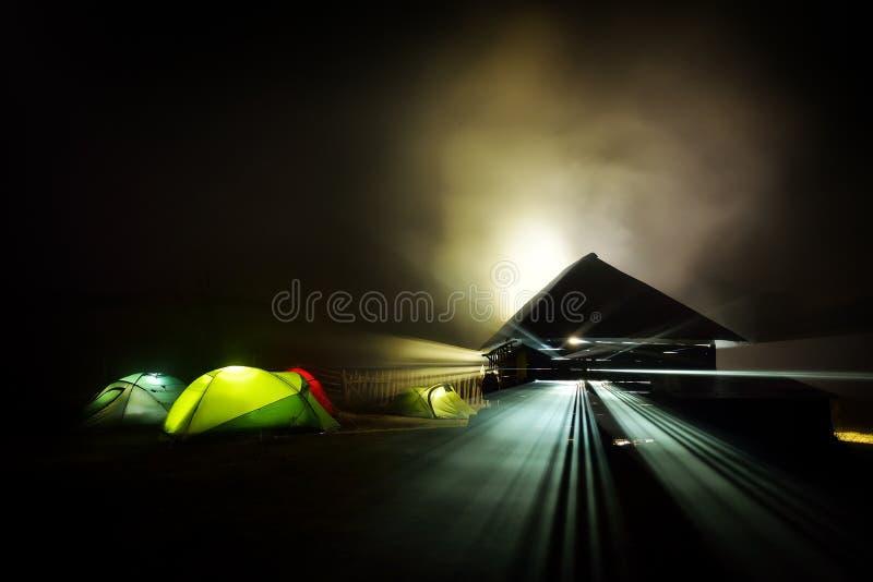 Download Tentes De Camping Lumineuses La Nuit Dans La Zone D'alpin Photo stock - Image du mobile, lueur: 56480352