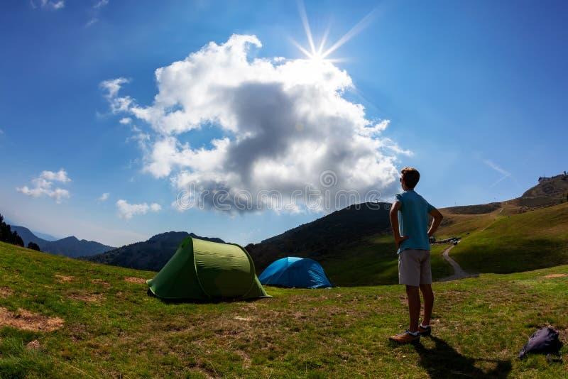 Tentes de touristes dans le camp parmi le pré dans la montagne Seaso d'été photographie stock libre de droits