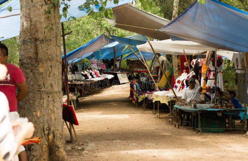 Tentes de vendeur de Chichen Itza images stock