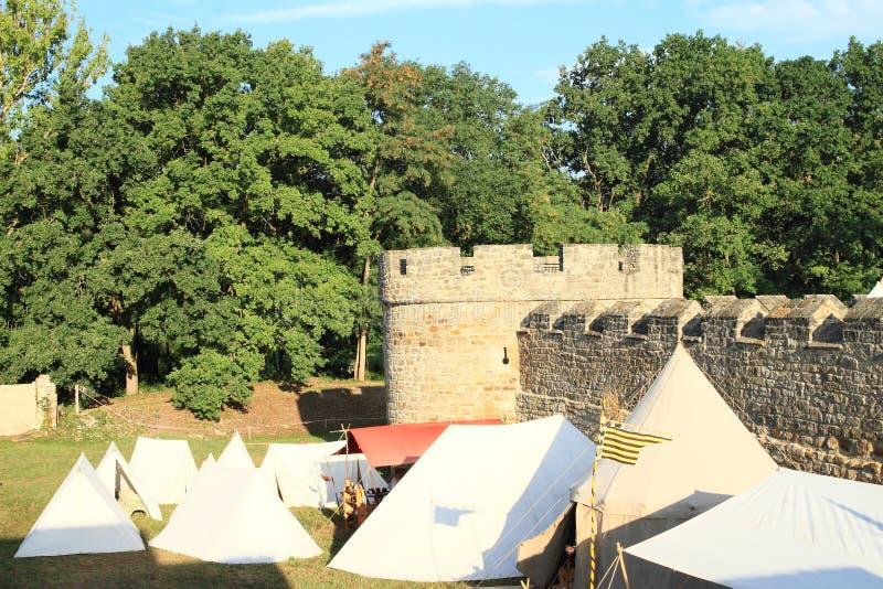Tentes historiques par des murs de château Budyne images stock