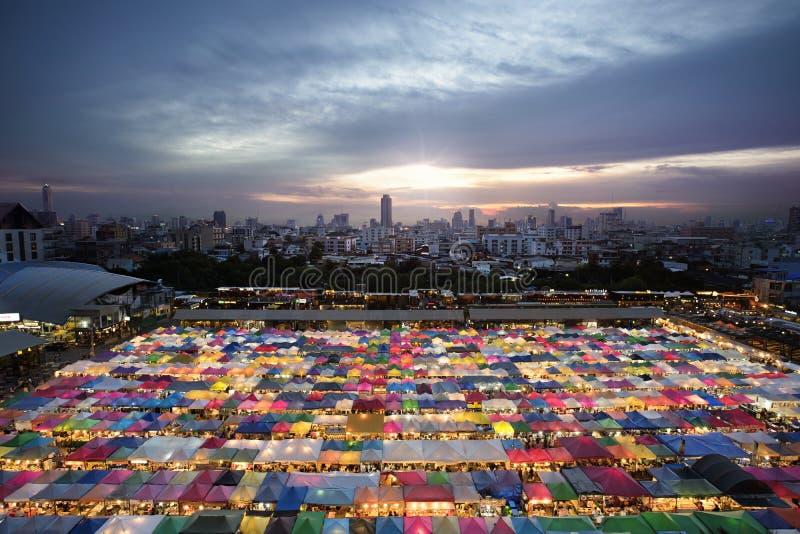 Tentes multicolores au marché de nuit de train à Bangkok photo stock