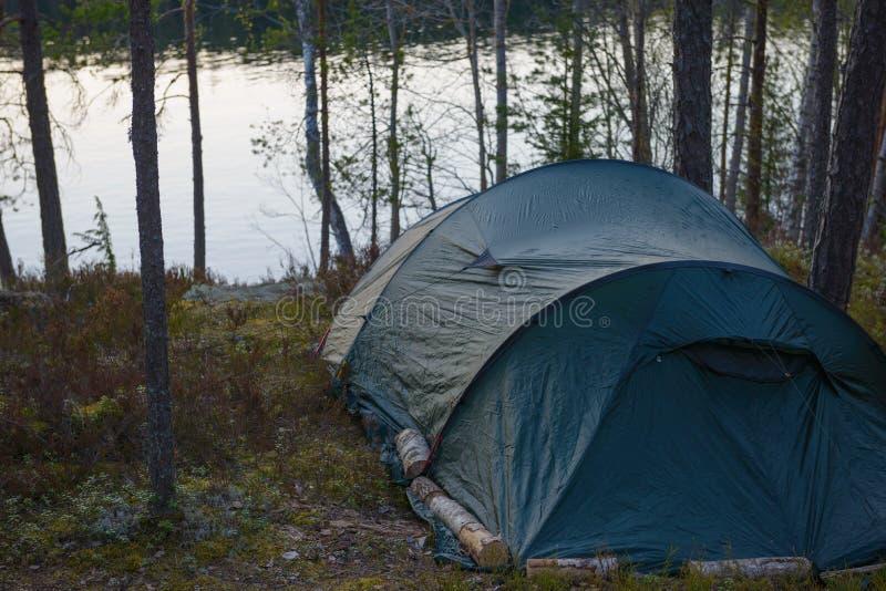 Tentkamp in het bos stock fotografie