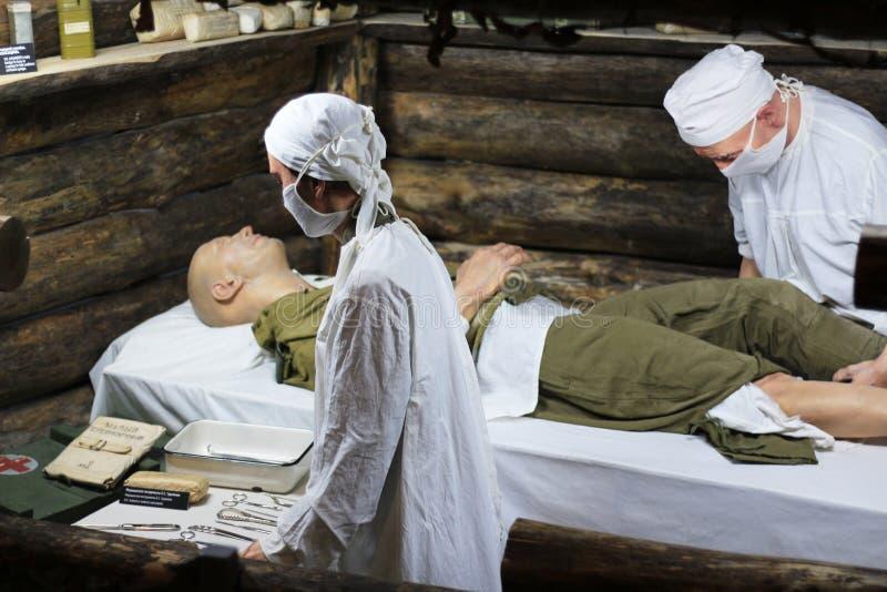 Tentoongestelde voorwerpen van militaire artsen die medische behandeling verstrekken stock afbeeldingen