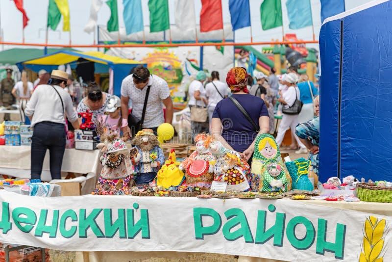 Tentoonstelling en verkoop van met de hand gemaakte producten bij de viering van Sabantuy royalty-vrije stock afbeelding