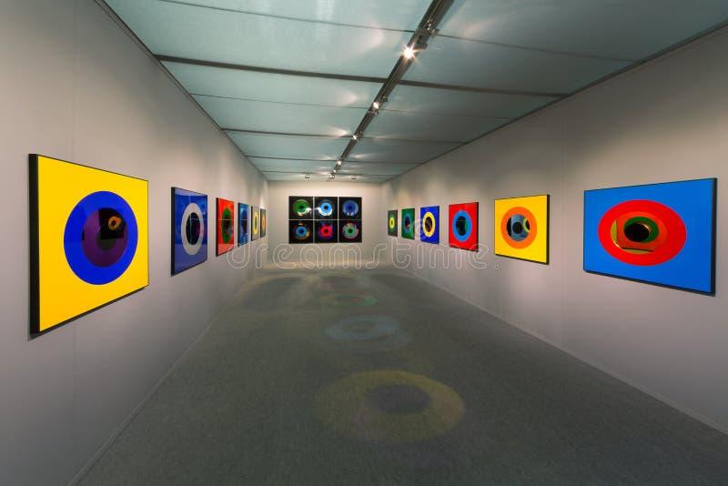 Tentoonstelling van abstracte kleurrijke schilderijen tijdens openingsart moscow royalty-vrije stock fotografie