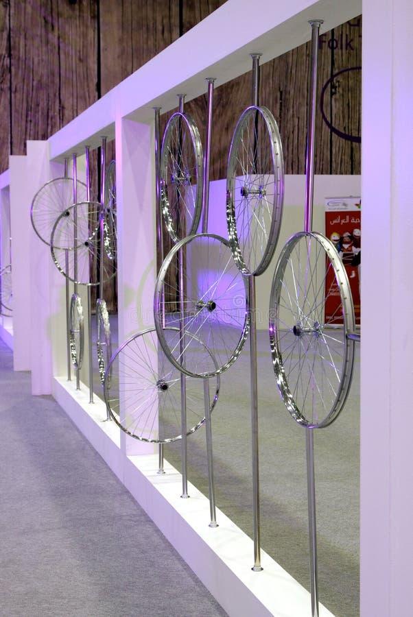 Tentoonstelling van fietsen om aan oud vervoer te herinneren royalty-vrije stock fotografie