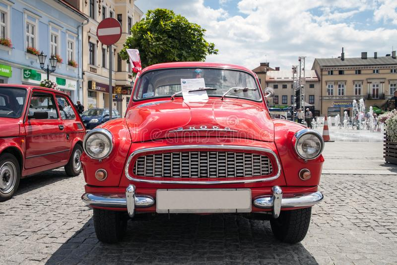 Tentoonstelling van oude auto's Oud ontwerp in auto's Mooi rood oud antiek Skoda Octavia Super, vooraanzicht stock foto