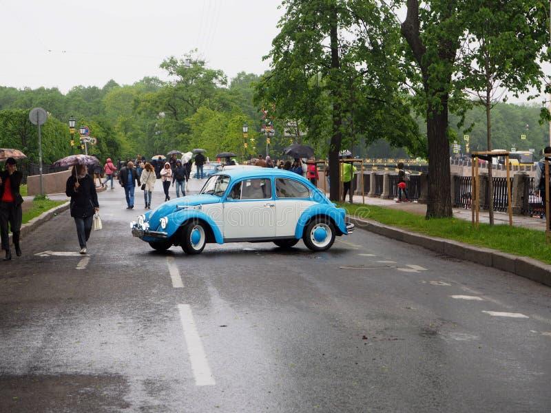 Tentoonstelling van retro auto's op de straten van de stad stock foto