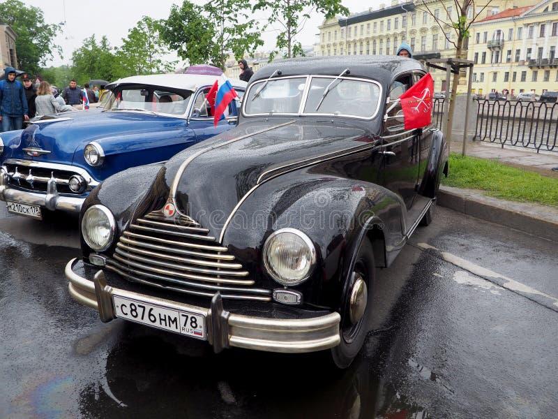Tentoonstelling van retro auto's op de straten van de stad stock afbeeldingen