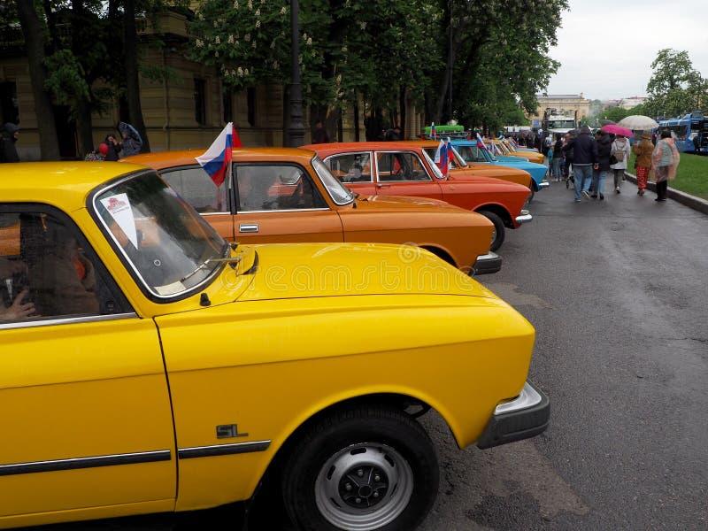 Tentoonstelling van retro auto's op de straten van de stad stock afbeelding