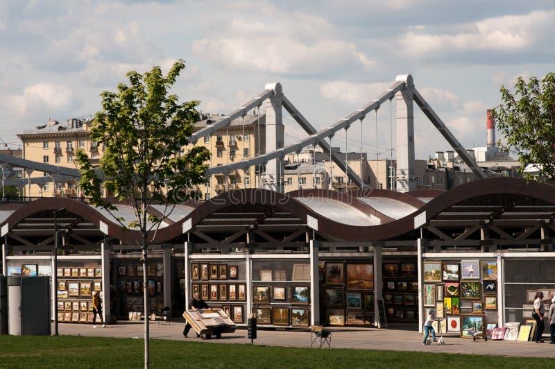 Tentoonstellingsverkoop van schilderijen op de straatmarkt royalty-vrije stock afbeeldingen