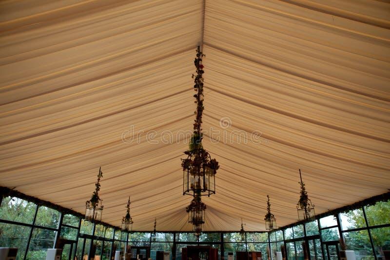 Tentplafond in een huwelijkspartij stock fotografie
