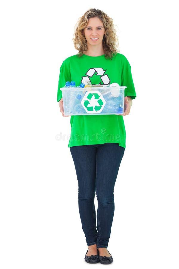Tenuta ambientale allegra dell'attivista che ricicla scatola fotografia stock libera da diritti