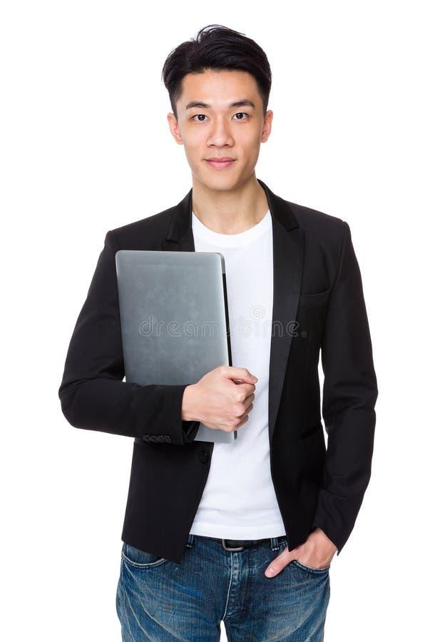 Download Tenuta Asiatica Dell'uomo D'affari Con Il Computer Portatile Fotografia Stock - Immagine di capo, cinese: 55355670