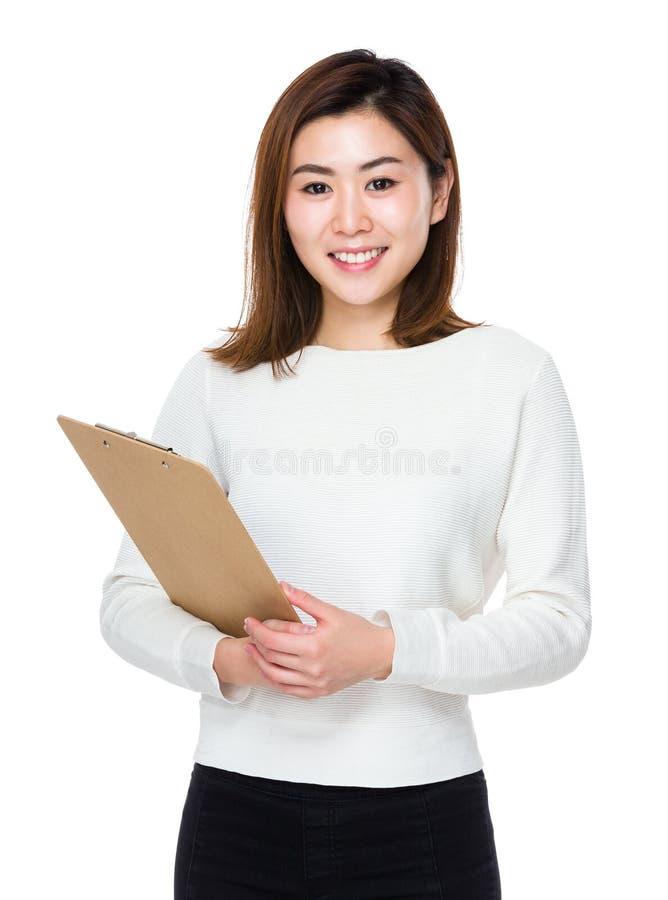 Download Tenuta Asiatica Della Donna Con La Lavagna Per Appunti Fotografia Stock - Immagine di background, bello: 56888494