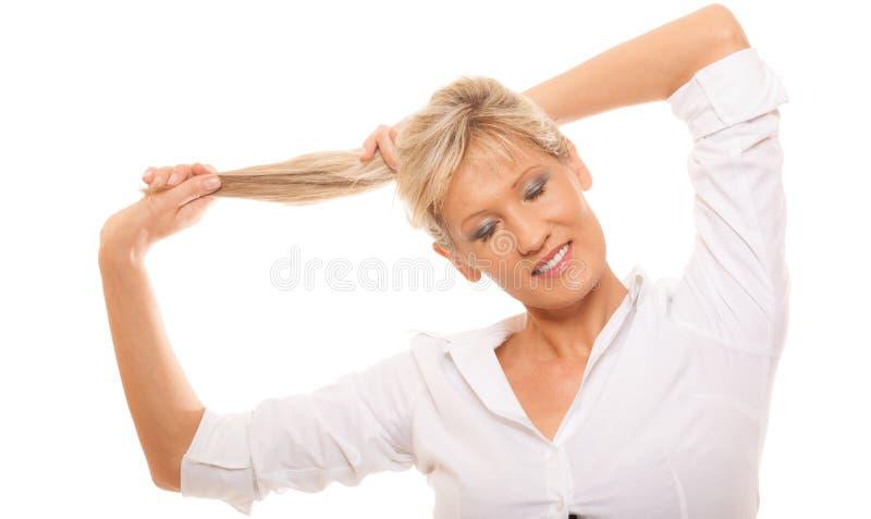 Tenuta bionda della donna matura del ritratto i suoi capelli lunghi fotografia stock