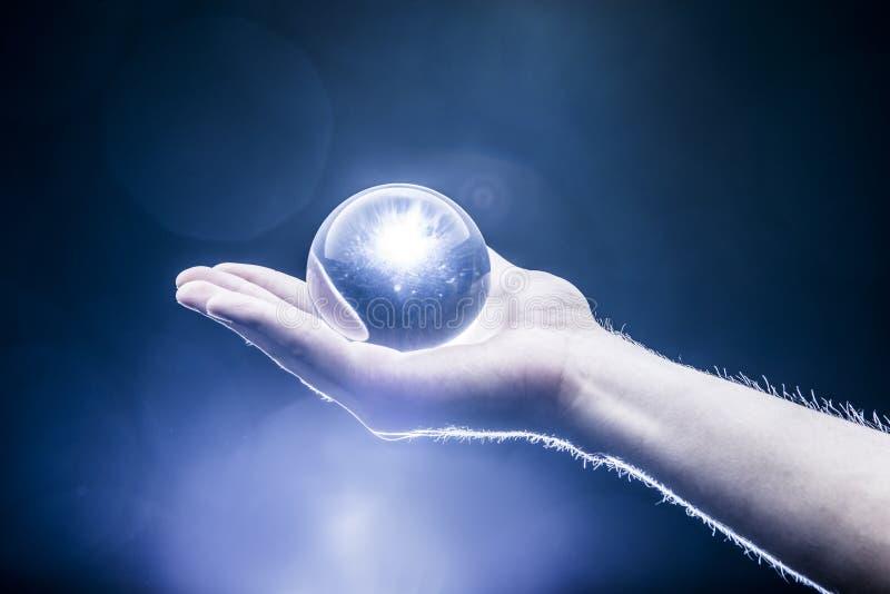 Tenuta del Crystal Ball fotografia stock libera da diritti