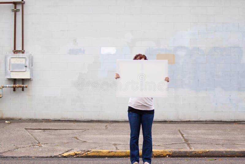 Tenuta del segno bianco fotografia stock libera da diritti