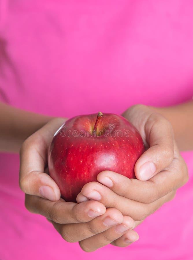 Tenuta dell'Apple rosso I immagine stock libera da diritti