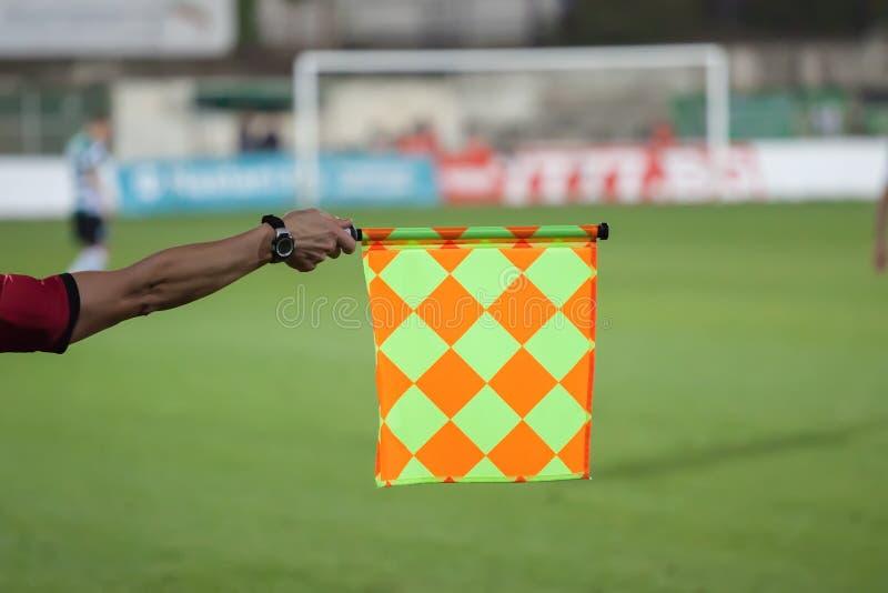 Tenuta dell'arbitro di calcio la bandiera Trappola fuorigioca fotografia stock libera da diritti