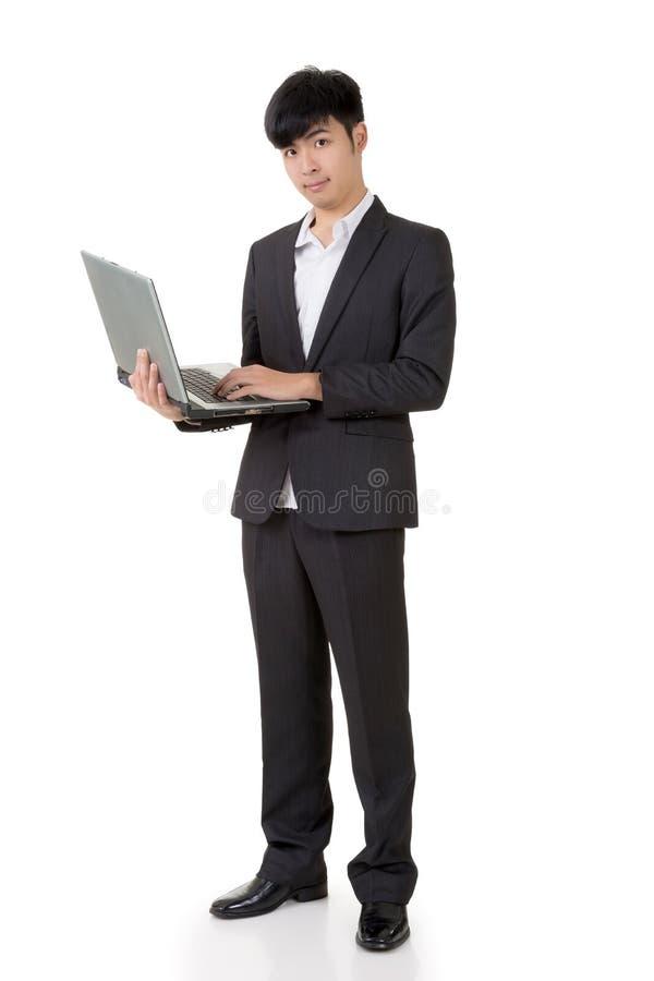 Tenuta dell'uomo d'affari un computer portatile immagine stock