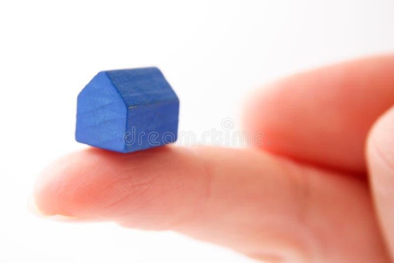 Tenuta della casa blu immagini stock libere da diritti