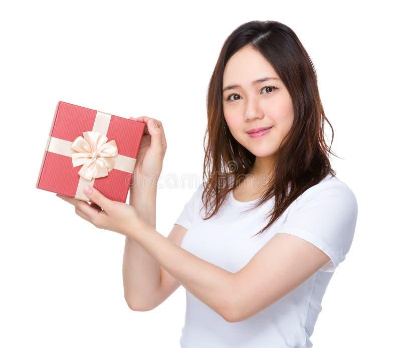 Download Tenuta Della Donna Con La Scatola Attuale Immagine Stock - Immagine di premio, signora: 55356529