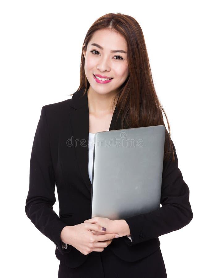 Tenuta della donna di affari con il computer portatile immagine stock