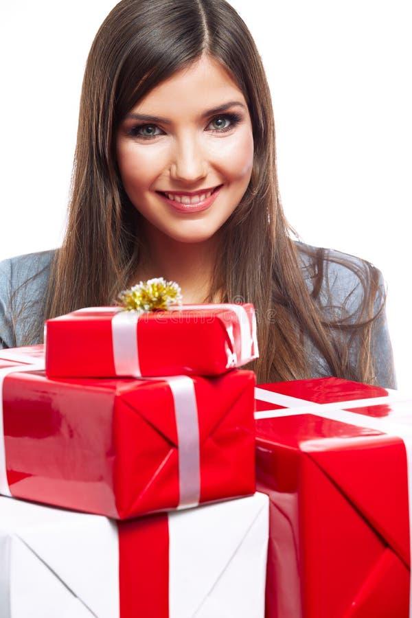 Tenuta della donna di affari del contenitore di regalo contro fondo bianco immagini stock libere da diritti
