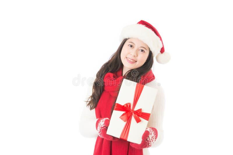 Tenuta della donna di Natale che dà regalo eccitato Donna felice fotografia stock