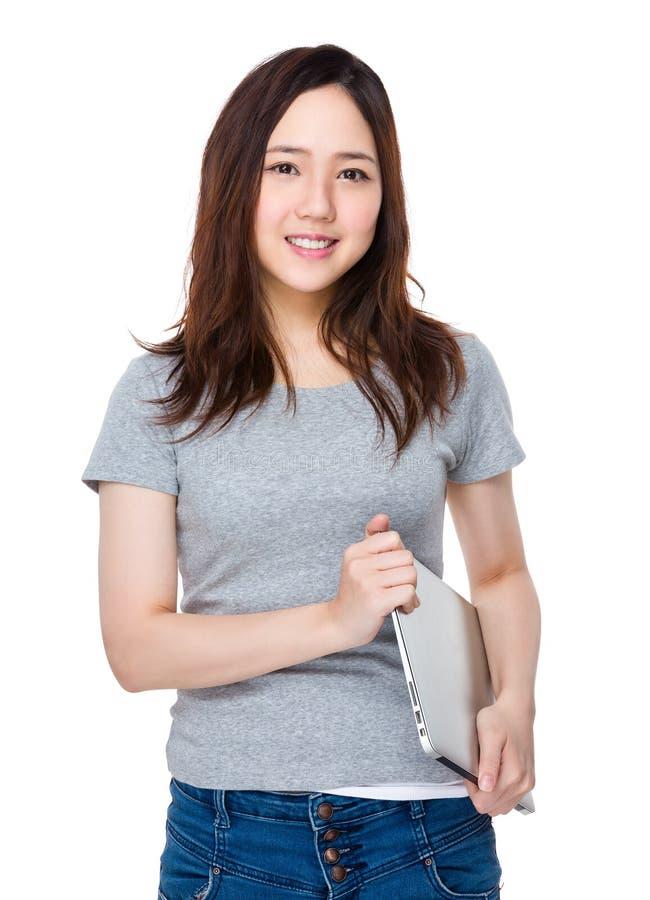 Download Tenuta Della Giovane Donna Con Il Computer Portatile Fotografia Stock - Immagine di felice, giapponese: 55356562