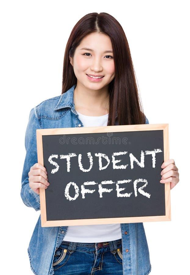 Tenuta della giovane donna con la lavagna che mostra frase dell'offerta dello studente fotografie stock