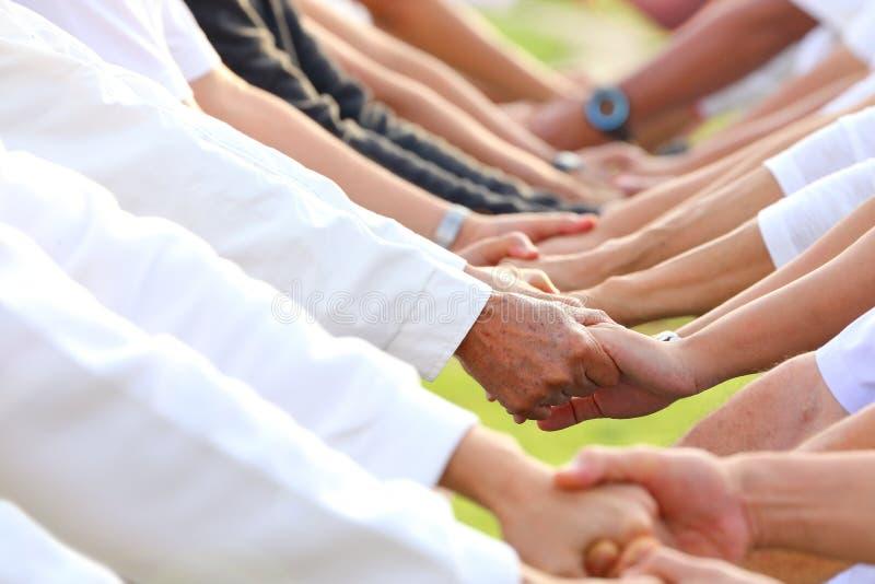 Tenuta della mano per l'appoggio e l'empatia immagine stock libera da diritti