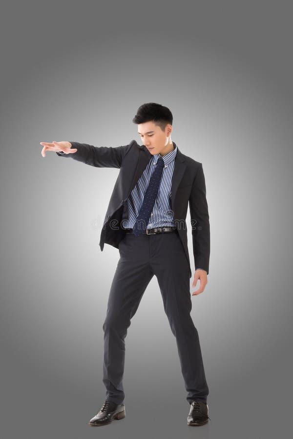 Tenuta della posa dell'uomo asiatico di affari immagini stock libere da diritti