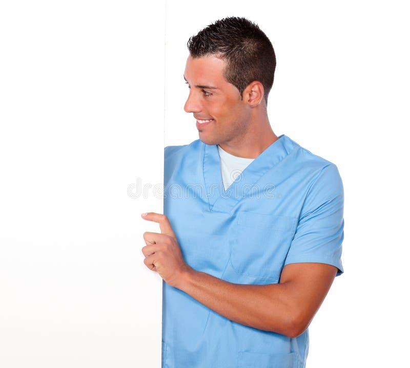 Tenuta maschio dell'infermiere ed esaminare cartello bianco immagini stock libere da diritti